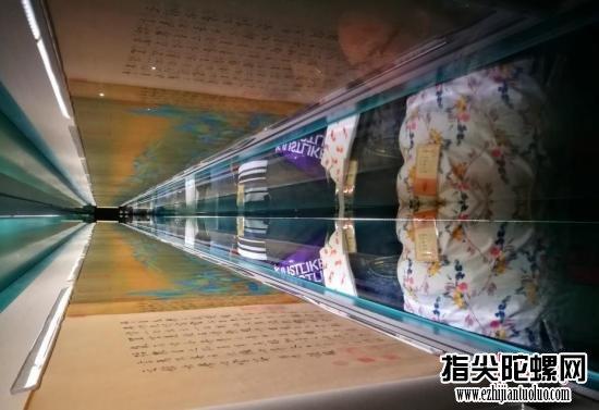 """9月18日,北京故宫博物院的专家和业务人员排起长队,使用周一闭馆日时刻到午门观摩学习难得一见的北宋名画《千里江山图》。本月15日,故宫年度大展《千里江山——历代青绿山水画特展》拉开帷幕,许多传世名作露脸,而堪比《清明上河图》的北宋名画《千里江山图》,更是备受注重。几天来,""""冲刺""""看名画的""""故宫跑"""",再次成为热词。<a target='_blank'  data-cke-saved-href='http://www.chinanews.com/' href='http://www.chinanews.com/' _fcksavedurl='http://www.chinanews.com/'></table>中新社</a>记者 杨可佳 摄"""
