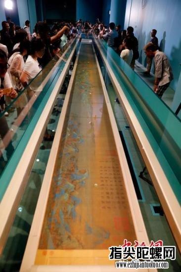 """9月11日,北京故宫""""千里江山——历代青绿山水画特展""""正在严重布展。展览将于2017年9月15日至12月14日在故宫博物院午门展厅和东西雁翅楼展出,分前后两期,共展出文物86件套。本次展览以北宋王希孟的《千里江山图》为中心,旨在体系整理、展示我国历代青绿山水画的开展头绪,据介绍,《千里江山图》只揭露展出过三次。9月,故宫博物院的展览活动再次进入黄金期,故宫博物院将以愈加丰厚多元的方式向社会公众传递故宫文明信息。<a target='_blank'  data-cke-saved-href='http://www.chinanews.com/' href='http://www.chinanews.com/' _fcksavedurl='http://www.chinanews.com/'></table>中新社</a>记者 杜洋 摄"""