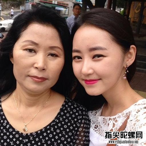 朴银美与母亲在韩国