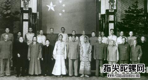 毛泽东主席接见十四世达赖、班禅额尔德尼等人时的合影。
