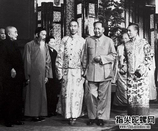 1954年9月,毛泽东在北京接见西藏两大宗教领袖达赖喇嘛·丹增嘉措(右)和班禅额尔德尼·确吉坚赞(左)。